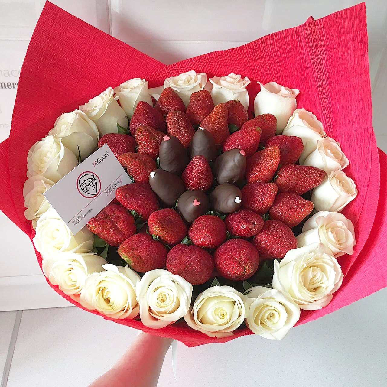 Букет из 55 цветов и клубники в шоколаде